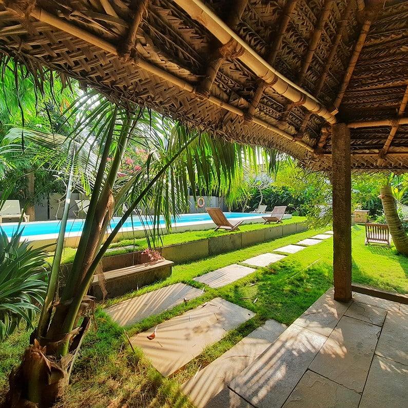 Jardin et piscine de l'hotel de charme Saratha Vilas